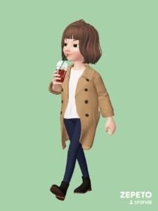 アイスコーヒーを飲む女性