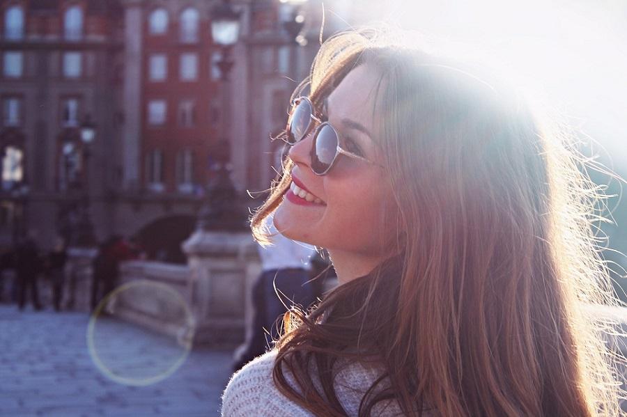 振り返る笑顔の女性