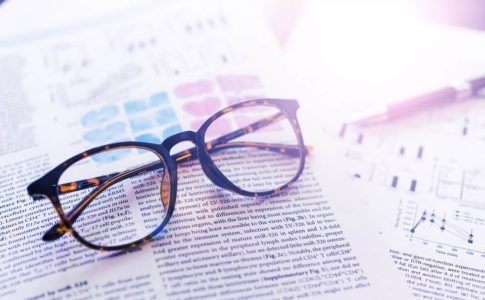 英字テキストに眼鏡
