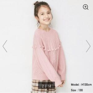 ピンクのセーターのモデル