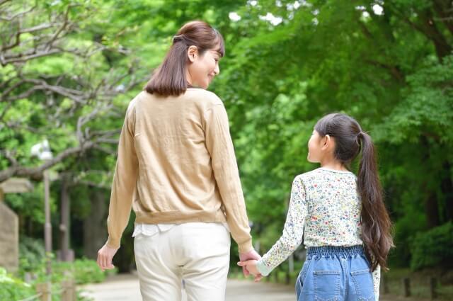 散歩する母娘